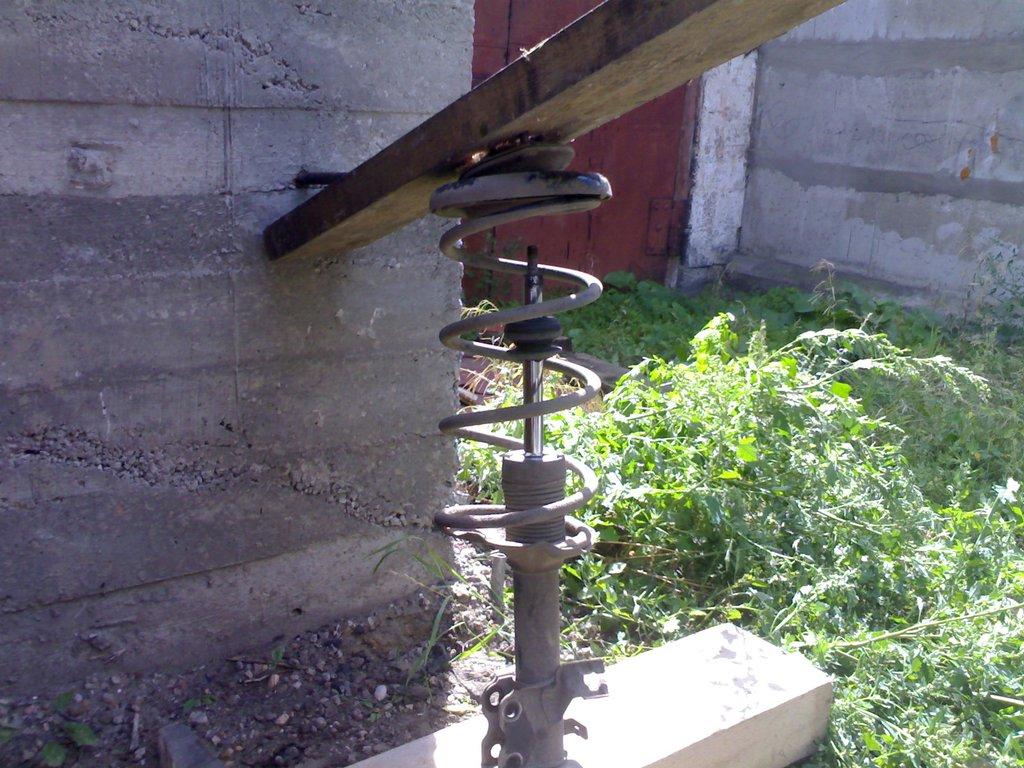 Съемник для пружин стоек