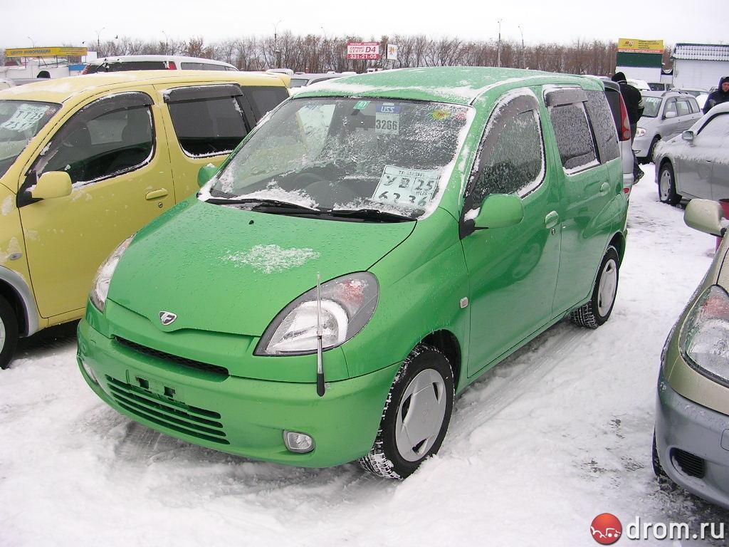 Toyota Funcargo выпускается компанией Toyota с 1999 года и изначально предназначалась для молодежной аудитории, вследствие чего и отличается от своих одноклассников весьма ярким внешним обликом.