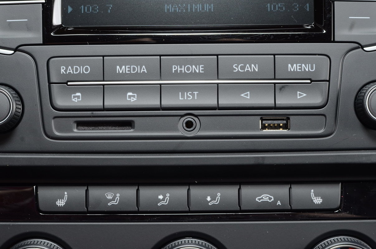 Дополнительное оборудование аудиосистемы:  RCD 220G, AM/FM, CD, входы SD, USB, iPod, 4 динамика