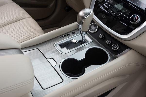 На центральном тоннеле — рычаг переключения режимов вариатора, пара подстаканнков, небольшой отсек (для телефона?), кнопка запуска двигателя, «крутилки» подогрева/вентиляции и розетка на 12В