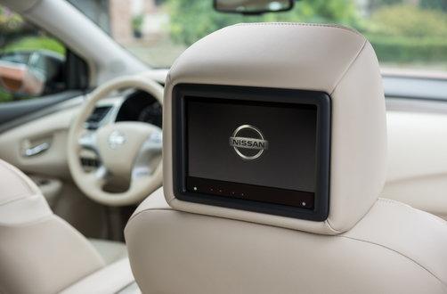Для задних пассажиров предусмотрены два 8-дюймовых экрана в подголовниках передних сидений