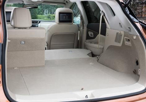 Багажник отделан ковролином с мягким ворсом, его объем вырос на 52л по сравнению с предшественником (до454л), а спинки кресел заднего ряда можно складывать и поднимать как из багажного отделения, так и с места водителя. При сложенных сиденьях полезный объем вырастает до 1603л