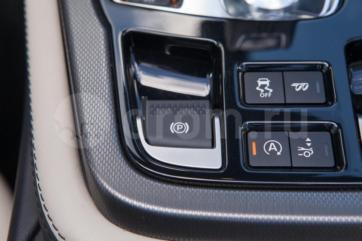 Стояночный тормоз: Электронный стояночный тормоз (EPB) с функцией автоматического отключения при начале движения
