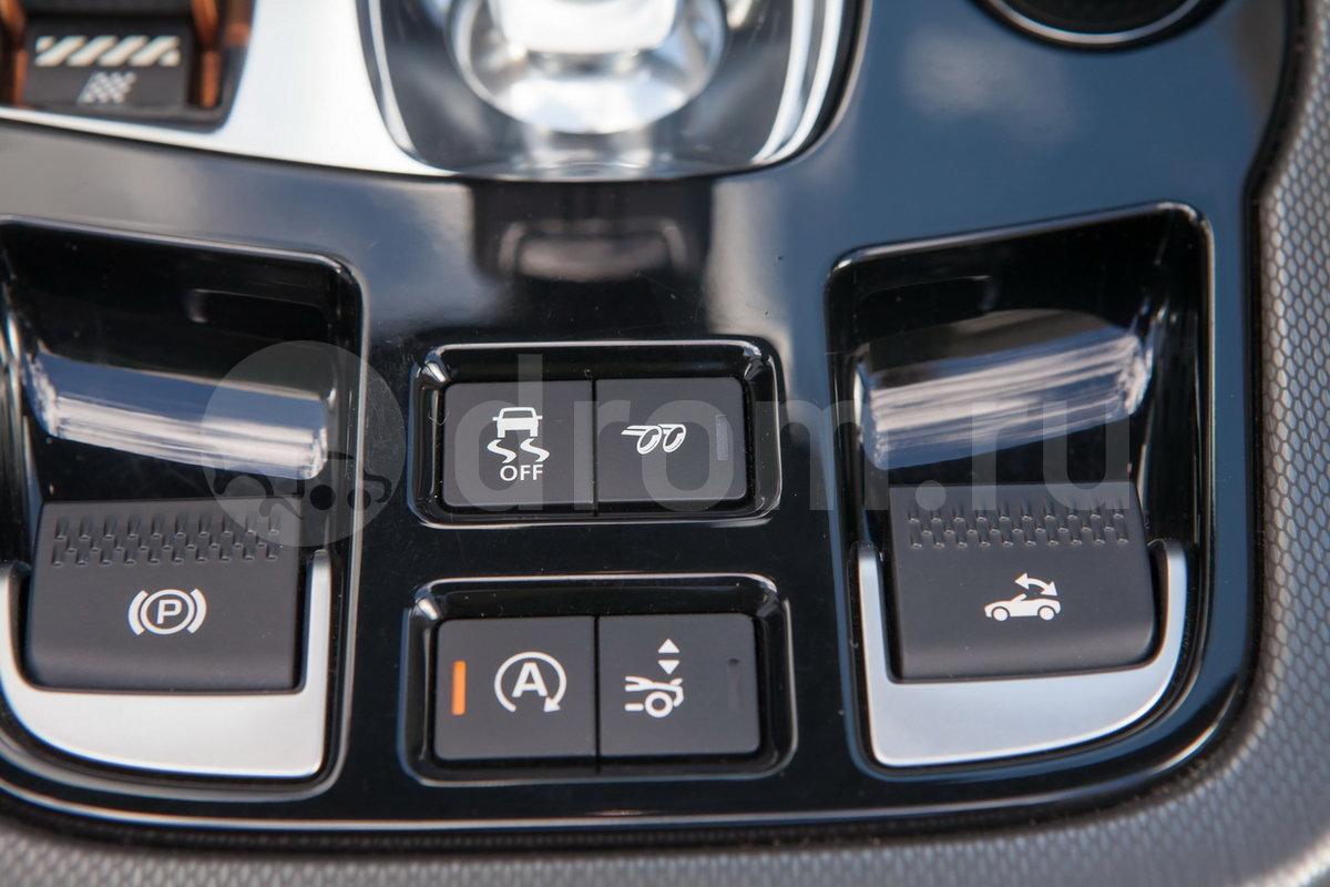 Дополнительно: Система Intelligent Driveline Dynamics; Комплект для ремонта шин Jaguar Tyre Repaire System; Сдвоенная выхлопная труба, установленная по центру;  Возможность отключения активной спортивной выхлопной системы (опция);  Самозатемняющиеся боковые зеркала (опция);  Система управления гаражными воротами (опция)