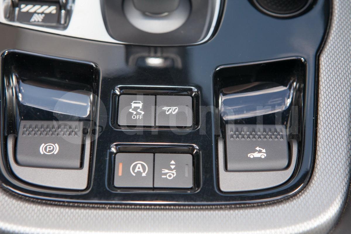 Дополнительно: Система Intelligent Driveline Dynamics; Комплект для ремонта шин Jaguar Tyre Repaire System; Две пары выхлопных труб;  Возможность отключения активной спортивной выхлопной системы; Самозатемняющиеся боковые зеркала (опция);  Система управления гаражными воротами (опция)