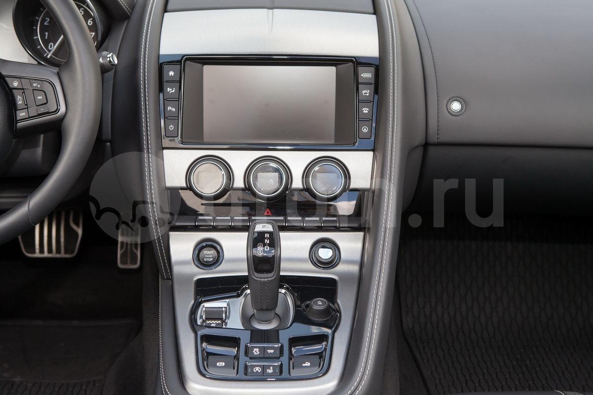 Декоративная отделка: Отделка центральной консоли Dark Hex Aluminium, шильдик R на руле