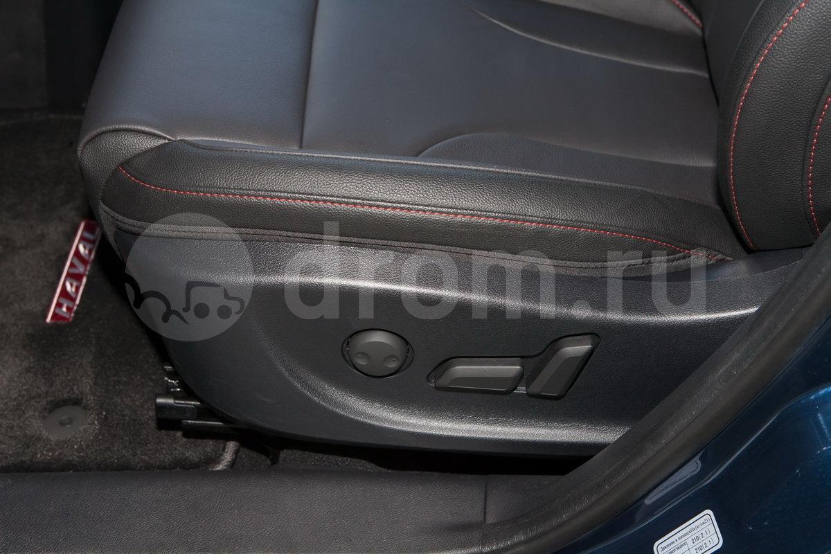 Регулировка передних сидений: Сиденье водителя с электроприводом регулировок по восьми направлениям, электропривод  регулировки поясничной опоры водительского сиденья, ручная регулировка пассажирского сиденья по четырем направлениям