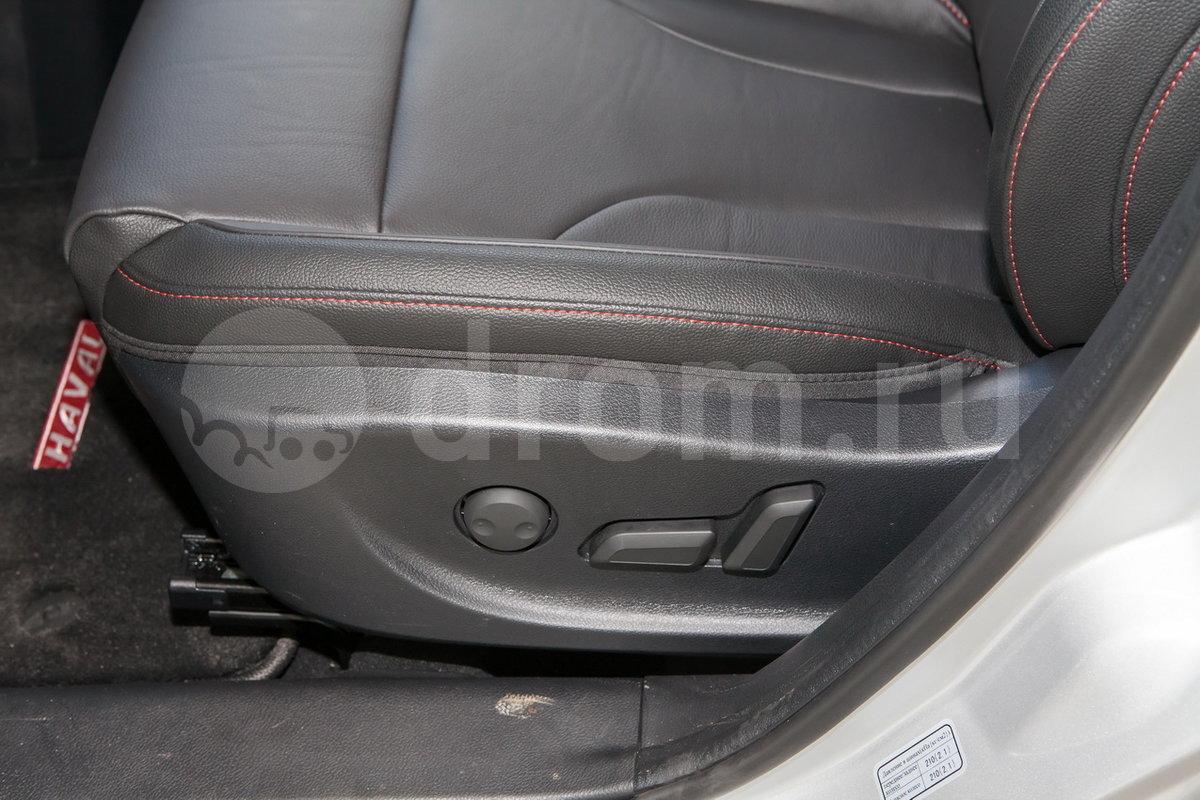 Регулировка передних сидений: Сиденье водителя с электроприводом регулировок по восьми направлениям, электропривод  регулировки поясничной опоры водительского сиденья, пассажирское сиденье с электроприводом регулировок по четырем направлениям