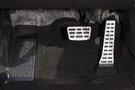 Декоративная отделка: Отделка интерьера красной кожей, отделка дверных ручек матовым хромом, ручка селектора трансмиссии с отделкой кожей, металлические накладки на педали, хромированные детали в интерьере