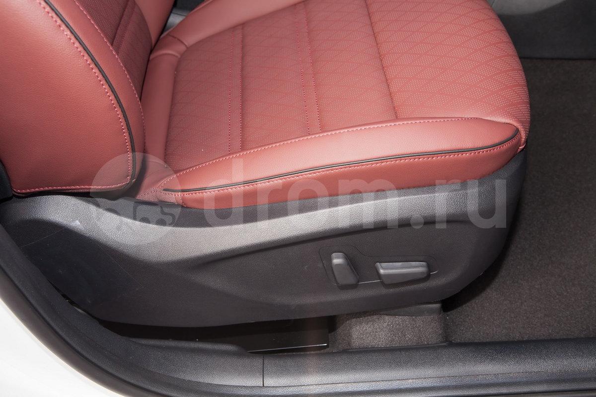 Регулировка передних сидений: 14 электрорегулировок сиденья водителя (включая 4 направления поясницы), электрорегулировка сиденья пассажира по 8-ми направлениям