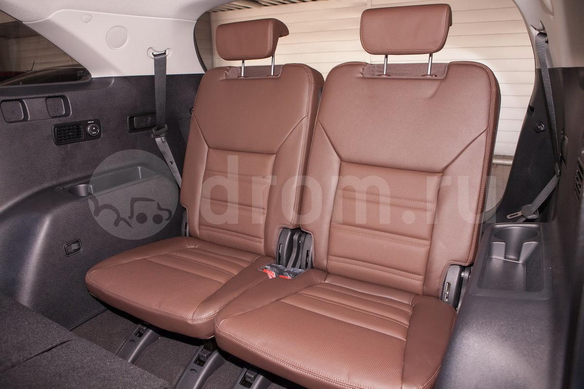 Третий ряд сидений: Складывающиеся сидения третьего ряда 50/50 с подстаканниками в боковой обшивке