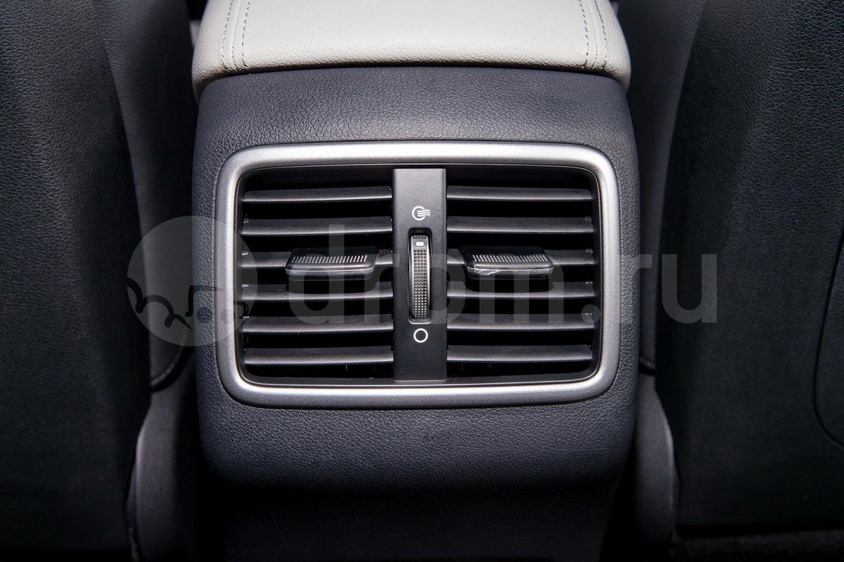 Дополнительно: Дефлекторы обдува для задних пассажиров, легкосплавные диски и решетка радиатора дизайна GT-Line, две выхлопные трубы, молдинги, декоративная защита переднего и заднего бамперов, спортивное рулевое колесо