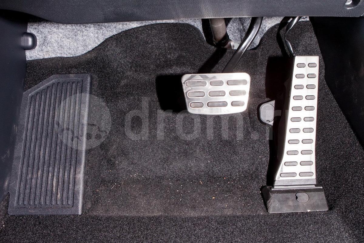 """Декоративная отделка: Ручка селектора трансмиссии с отделкой кожей, отделка дверных ручек матовым хромом, алюминиевые накладки на пороги, чёрно-серая отделка салона """"GT-Line"""", металлические накладки на педали"""