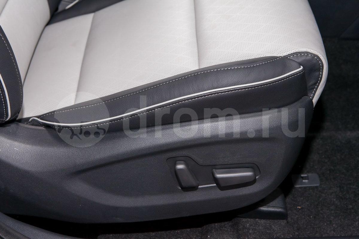 Регулировка передних сидений: Электрорегулировки передних сидений: 10 для водителя, 8 для пассажира; электрорегулировка поясничного подпора сиденья водителя