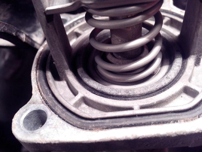Opel Zafira. Вроде резинка целая, но плотности всё же нет.