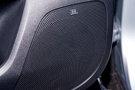 Дополнительное оборудование аудиосистемы: 7 динамиков, аудиосистема JBL c внешним усилителем и сабвуфером, USB, AUX, SD-карта