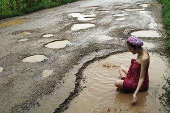 01.10.2016 Женщины Таиланда решили искупаться в дорожных ямах, чтобы привлечь внимание властей