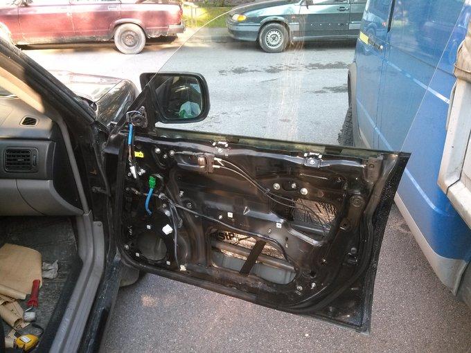 Subaru Forester. Снятая обшивка. Начал проклеивать внутреннюю поверхность.