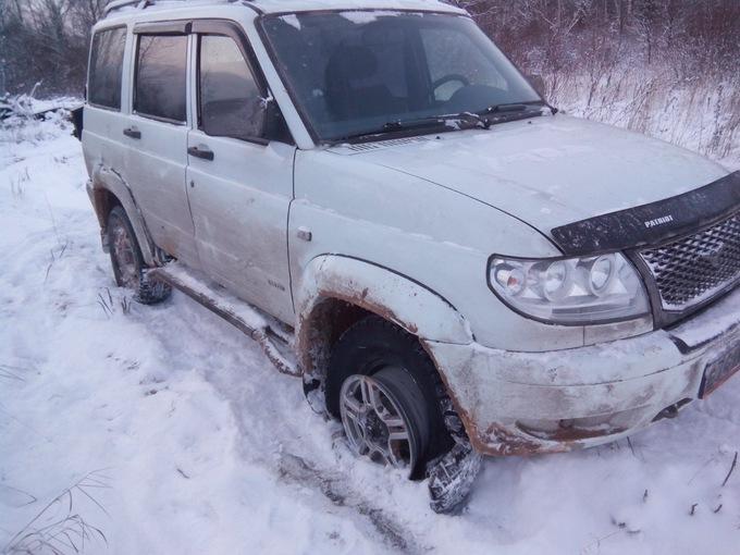 УАЗ Патриот. после встречи с бревном в снегу в повороте....
