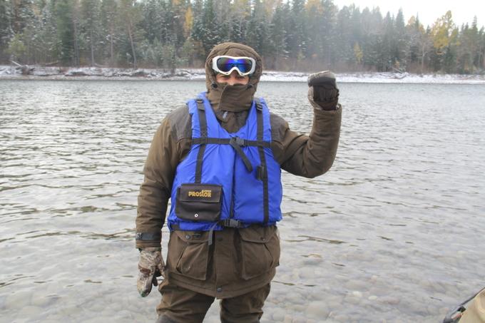 Land Rover Defender. одежда имеет немаловажное значение, в данном случае предпологался подьем в верховья реки на глиссере, поэтому одежда как на снегоход
