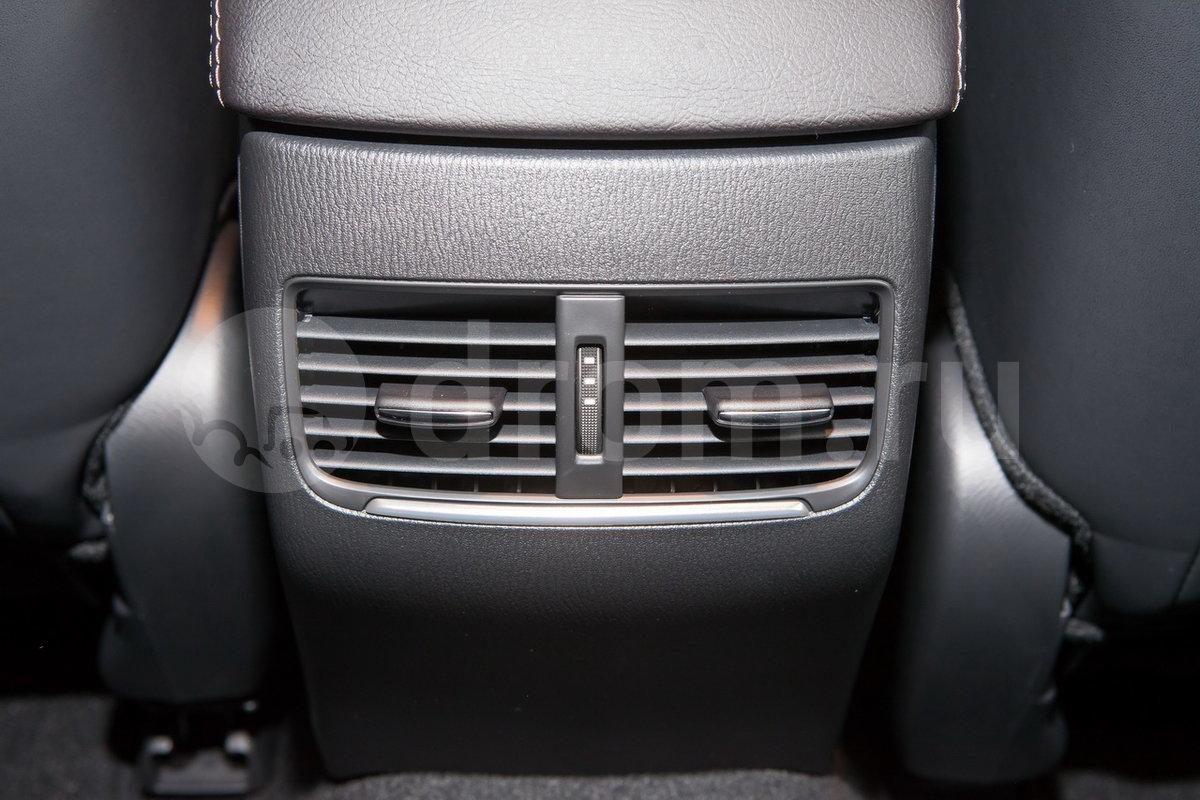 Дополнительное оборудование: Дефлекторы системы вентиляции для задних пассажиров, SCBS - интеллектуальная система безопасного торможения (опция), AEB - функция распознавания пешеходов (опция)