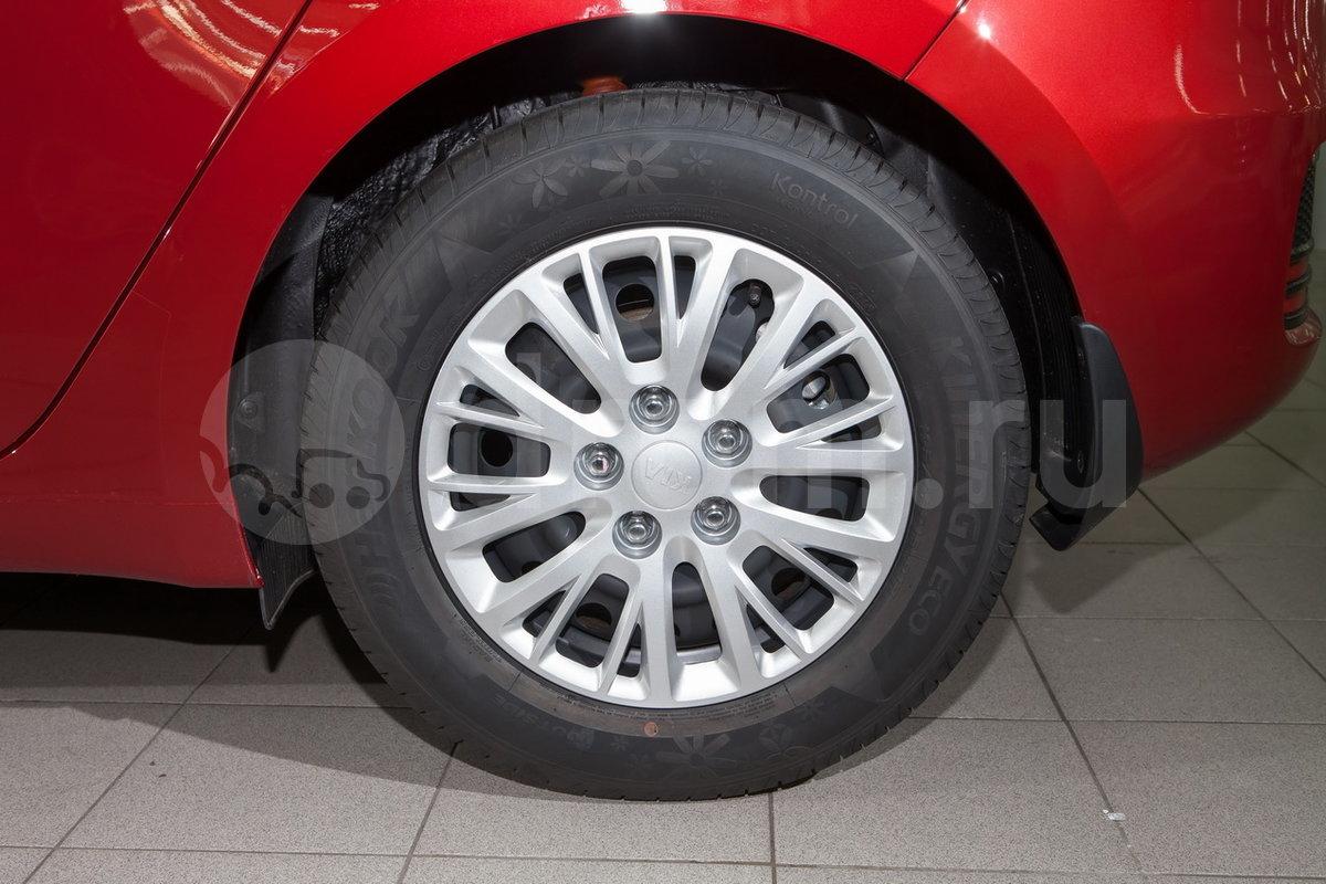 Дополнительно: Декоративные колпаки колес, передние брызговики, тройное срабатывание указателей поворота при однократном нажатии