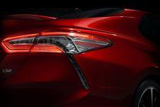 Перед новой Камри стоит непростая задача — лидирующей позиции модели в США угрожают кроссоверы, такие как Toyota RAV4.