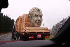 Скульптуру засняли во время ее перевозки по дорогам американского штата Вашингтон.