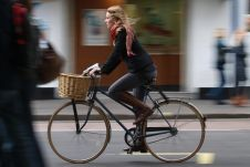 Массовое использование велосипедов провоцирует автомобильные пробки — такую точку зрения высказал один из парламентариев Великобритании.
