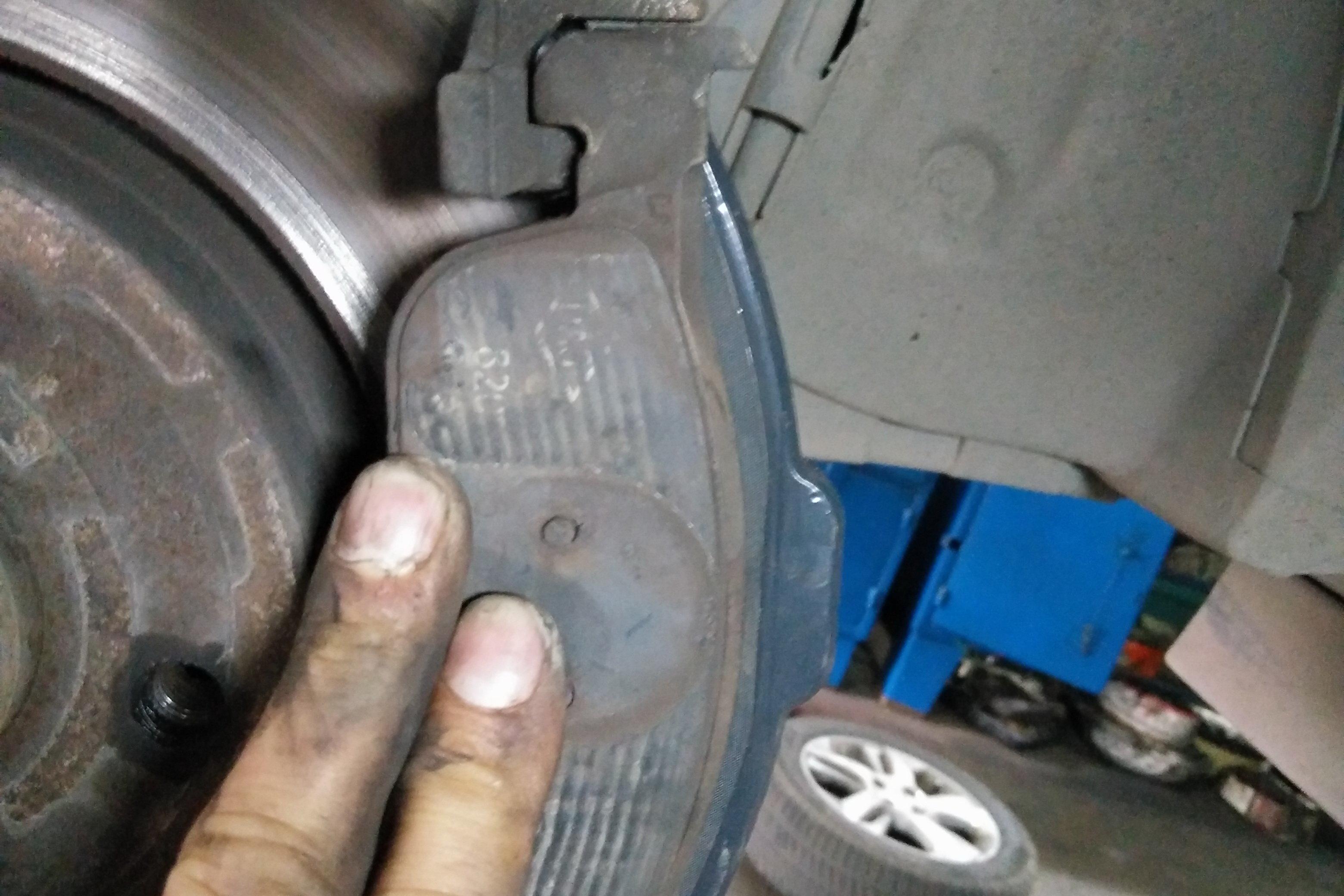 Замена передних тормозных колодок на Лада Ларгус: фото и видео 66