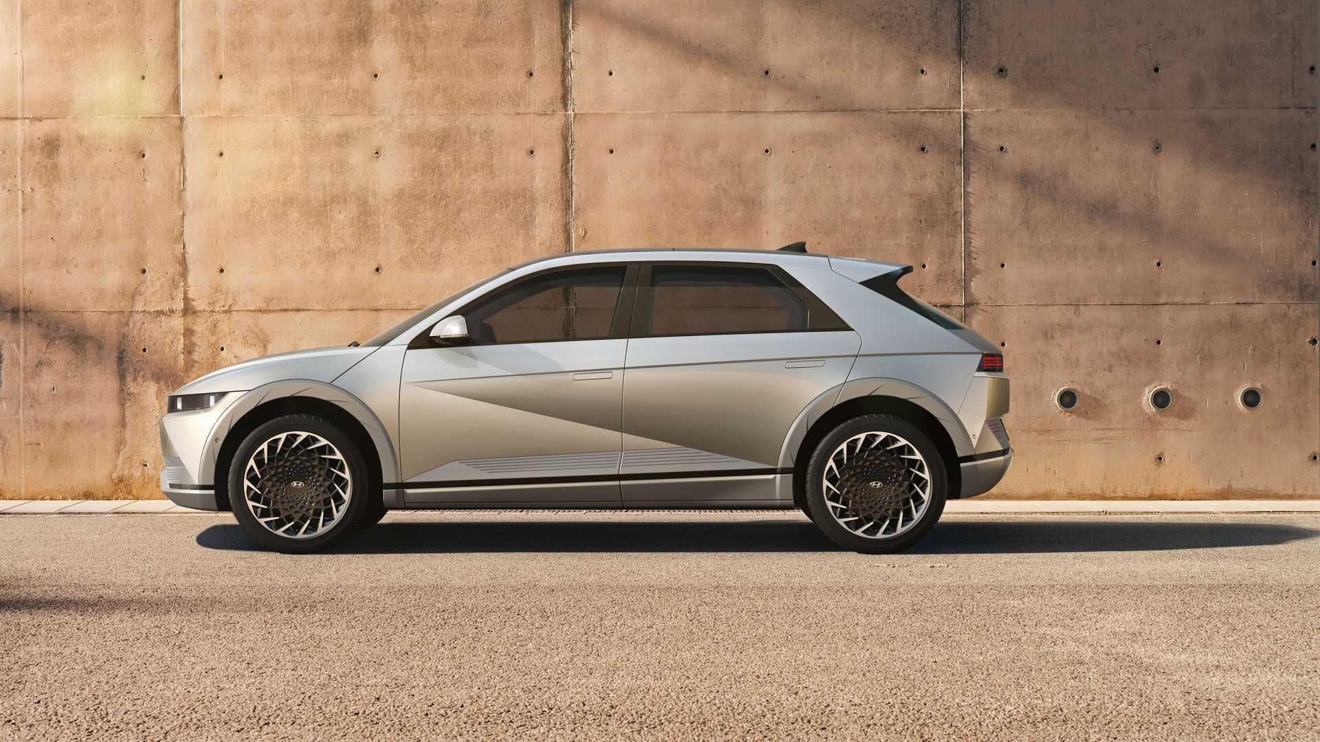 Первый массовый электромобиль Hyundai: эффектный ретродизайн и огромная колесная база