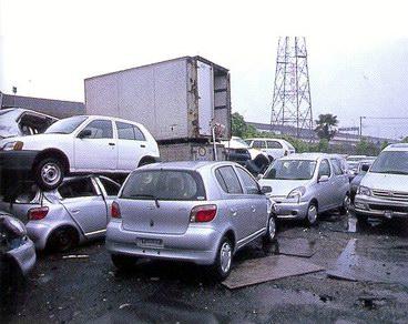 Мастерская по ремонту подержанных автомобилей Шанты Викрамасинга. Как правило, он экспортирует примерно по 80 отремонтированных машин за один раз