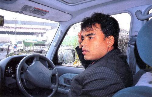 В дополнение к продаже подержанных автомобилей Шанта Викрамасинг заведует туристическим бюро, которое организует туры на Шри-Ланка