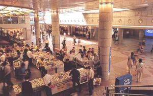 На каскад Плаза в Криста Нагахори часто выставляют ненадолго столы с товаром, который привлечет прохожих