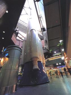 На Рокет Плаза в Намба Сити главное место отведено ракете высотой около 33 м, которая достает до потолка крытого портика