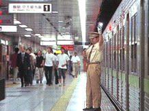 Убедившись, что пассажиры отошли от дверей, станционные работники подают световой сигнал о готовности поезда к отправлению. Основная задача служащего метро - предотвращение несчастных случаев