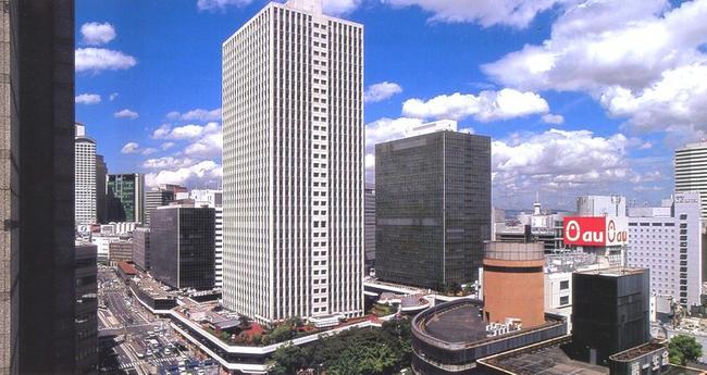 В районе Умэда в центре Осака много офисов и магазинов. Каждый день, до самого вечера, улицы и тротуары переполнены людьми и машинами