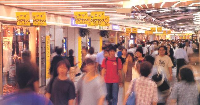 Уайти Умэда, подземная торговая площадь в Умэда, так же запружена народом, как и улицы на поверхности. Здесь много разных магазинов, ресторанов и баров
