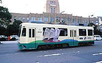 Трамваи тоже едут слева