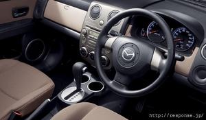 Сиденья  в новой машине покрыты обшивкой из натуральной кожи и ткани. Руль частично обтянут кожей, а в некоторых комплектациях на руле сделаны вставки их дерева, такими же украшена передняя панель.