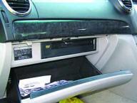 Передний «бардачок» показался вместительным, несмотря на «съедение» пространства DVD-плейером