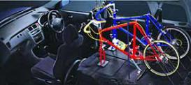 Пятидверная версия обладает большими возможностями в перевозке крупных грузов, чем короткая трехдверная