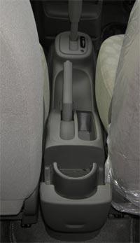 Для задних пассажиров лишь один подстаканник