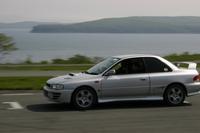После этого водители Subaru Impreza на «неродных» машинах довольно уверенно проехали несколько кругов по автодрому в стиле, соответствующем спортивным качествам их автомобилей