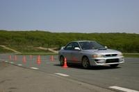 Пересевший с левого на правый руль Андрей проводит Subaru Impreza через коридор, заметно, что его немного клонит вправо