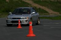 Поменявшись местами, водители Subaru Impreza так же нормально проделали «змейку», однако Андрей на одном из поворотов задел правым задним колесом конус