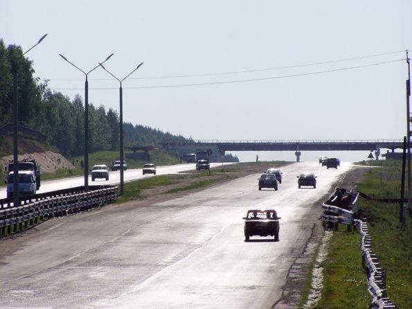 за вторым столбом от моста видны спрятавшиеся гайцы