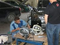 Директор японской тюнинговой компании Duke Racing господин Нидзуки чинит коробку передач Nissan Skyline GT-R