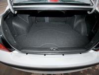 Зауженный проем между салоном и багажником, можно сказать, традиция седанов Mitsubishi. С одной стороны, выше жесткость кузова, с другой – ограничена ширина перевозимого груза.