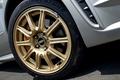 Для алюминиевых 17-дюймовых колесных дисков предусмотрено несколько вариантов окраски. В частности, автомобили серии STI и седан WRX имеют диски золотистого цвета, а Impreza Sports Wagon WRX - серебристые. На фотографии изображен диск производства компании BBS, которые устанавливается на Impreza серии STI.